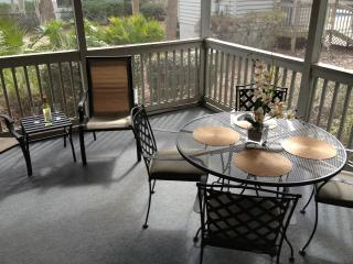 Newlly Updated Villa, Short Walk to Beach, Wi-Fi, Screened Patio, Dog Friendly!