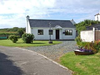 YSTRAD, single storey cottage, on the island of Anglesey, off road parking, with a garden, in Trearddur Bay, Ref 18601