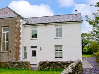 CHAPEL HOUSE, rural views, near beaches, off road parking, with a garden, in Elim, Ref 18490