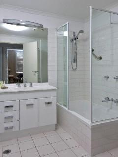 Southbank Serviced Apartment  second bathroom