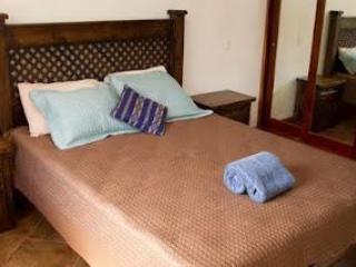 Cama principal, con sábanas de hilo alta y toallas de felpa