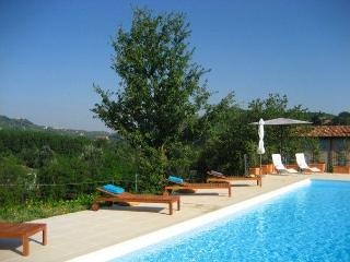 Chic 2 bed apartment, in Piedmont vineyards, pool, Santo Stefano Belbo