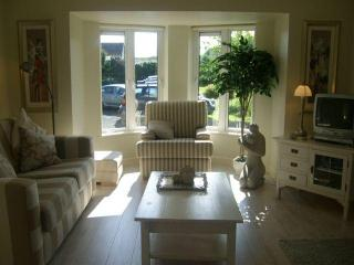 Holiday Home in town, beside Sea, Mountains, Lakes, Beaches and Golf course., Clifden