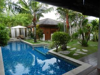SEMINYAK 2lgebrms PRIVATE 13m POOL Great location (EAT STREET) FRIENDLY staff