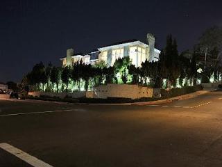 LUXURY HOLLYWOOD HILLS MANSION w/CHEF and MAID, Los Ángeles