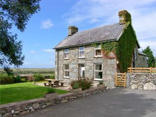 TYDDYN, sea views, near beaches, off road parking, with a garden, in Dyffryn