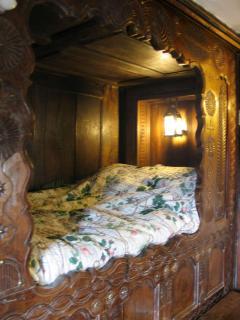 lit-clos (enclosed bed)