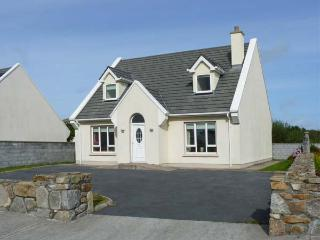 17 BRUACH NA MARA, family-friendly cottage, with open fire, and en-suite bedroom, in Carna Ref 18724