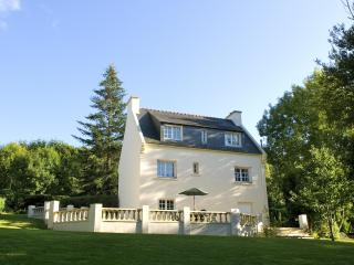 Large House & Garden in Carhaix - Tranquil Settling with Amenities & Cycle Paths