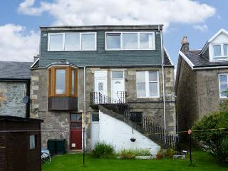 TOP FLAT, open plan living, shared garden, sea views in Tighnabruaich, Ref 18328