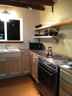 Fully equipped kitchen (counter/eating bar with stools opposite stove). Toaster and blender included