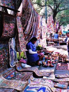 Bazar del Sabado: colonial decoration and popular atmosphere Large contemporary folk art market
