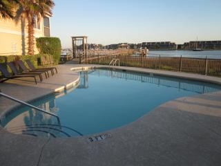 3 bdrm townhome at Waters Edge, amazing views, walk to town! Nov/Dec dates avl!