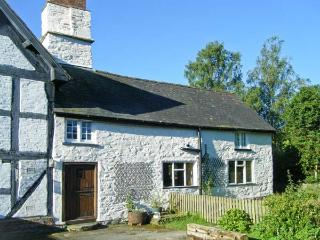 CHIMNEY COTTAGE, near walks and cycle paths, off road parking, lawned garden, in Presteigne, Ref 16849