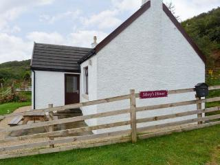 MARYS HOUSE, pet friendly cottage close to sandy beach, sea views, woodburner in