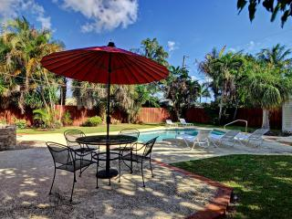 3BR w/ Solar Heated Pool Near everything in FTL