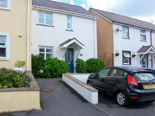 SWALLOWS, enclosed patio, parking, close to beaches in Saundersfoot, Ref 17458
