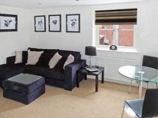 MORLEYS MEWS, lovely duplex apartment in historic market town, close cathedral
