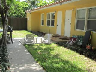 CUTE YELLOW  COTTAGE JUST FEW STEPS FROM BEACH, Fort Lauderdale
