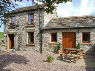 SWALLOWS BARN, woodburner, countryside views, patio area in Litton Slack near