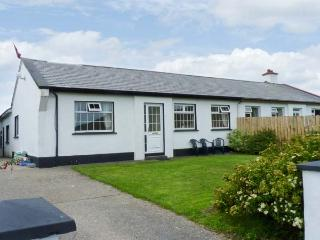 BENVIEW HOUSE, single-storey cottage, with Jacuzzi bath, and private rear patio,