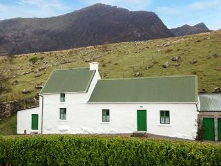 DINGLE PENINSULA COTTAGE, traditional cottage by Mount Brandon, open fire, Dingl