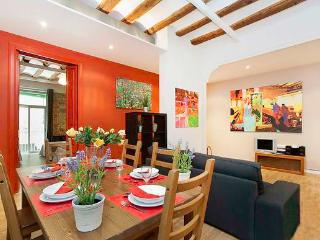 Born Montcada 4 - Large Apartment in Center of Barcelona sleeps 10, 2 bathrooms, 3 bedrooms