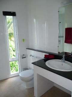 Ensuite bathroom to the king size bedroom on upper floor