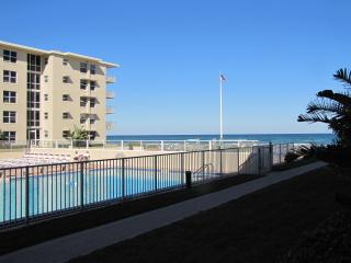 Beach View/Poolside 2 Bed/2 Bath First Floor Condo, New Smyrna Beach