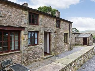 STABLE COTTAGE, cottage on working farm, flexible sleeping, play area, Newbiggin-on-Lune Ref 17243