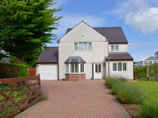THE MEADOWS, hot tub, enclosed garden, en-suite facilities in Pentraeth, Ref 188