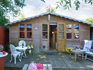 THE CHALET, single storey romantic cottage, deck and patio, close coast in Fishbourne Ref 19315