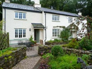 GAMEKEEPER'S COTTAGE, romantic retreat, woodburner, country views, patio in Miln