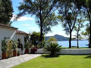 Lakeside wonderful cottage with garden by the lake, Lesa