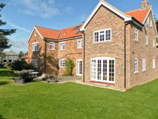 THE TRAINER'S HOUSE, private swimming pool, woodburner, off road parking, garden, in Malton, Ref 18492