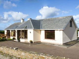 STRAND COTTAGE, pet friendly, open fires, en-suite, sea views in Derrybeg, Ref 1