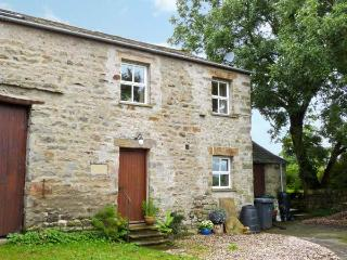 HOWARD'S BARN, first floor accommodation, bedroom with en-suite, romantic retreat, walks from door, in Arkholme, Ref 11898