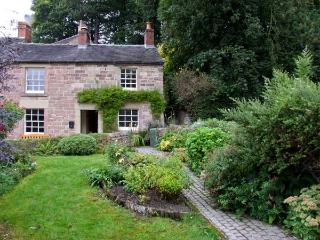 THE OLD POST OFFICE, cosy cottage with woodburner, and garden, in Wirksworth, Re