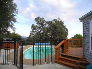 Knarly Oaks Pool House, spa, pool, views, 5 acres, Yosemite National Park