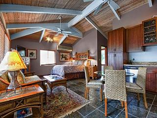 Quaint upscale 1 bedroom bungalow in oceanfront estate, Kailua-Kona