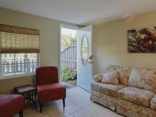 Funky Flamingo Cottage - 1/1 pets ok free Wifi, Gulfport