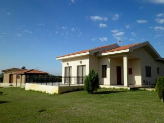 Palm trees villa with 4 bedrooms & swimming pool, Maroni
