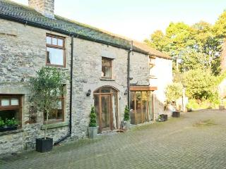 THE COACH HOUSE, near walks, shared garden, private roof terrace, in Middleham, Ref 18757