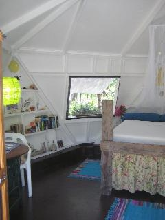 Starish Cottage, driftwood bed, lending library & Wifi free