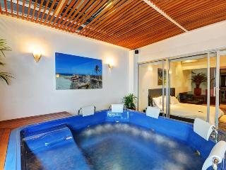 Superfly Penthouse with Jacuzzi!, Medellin