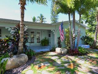 July 4 week discount*BEACH NEST**Pool*Hot Tub*Dock*Steps to sugar Gulfside beach, Anna Maria