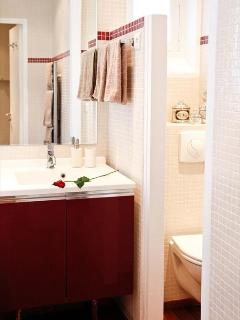 LE TRIOMPHE ELYSEES:  Bathtub.  Shampoo & Soap Provided.