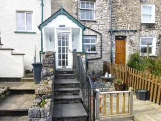 THE CHIMES, cosy cottage, with lovely views, decked area, romantic retreat, town