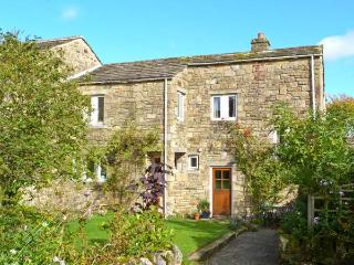 BRAMBLE COTTAGE, charming cottage, open fire, mature gardens, close gastropub