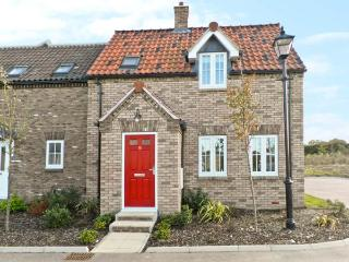 BAY DREAM, pet-friendly cottage, family friendly, swimming pool on site, close beach, The Bay, Filey Ref 19712